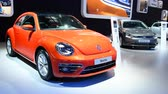 sala de exposição : Volkswagen New Beetle retro hatchback car on display during the 2018 European motorshow in Brussels. Stock Footage
