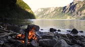 sobrevivência : Campfire on the shore of a Fjord in Norway during summer vacation.