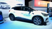 wtyczka : BRUSSELS, BELGIUM - JANUARY 9, 2020: Renault Captur E-Tech Plug-in 160 hybrid compact SUV on display at Brussels Expo