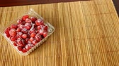 morangos : The frozen strawberry and raspberry. Tasty sweet fruit. Vídeos