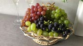 alkoholik : Blue and white grape clusters in the basket on the table