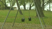 brinquedos : Empty swings in playground Vídeos