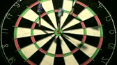 выиграть : Three darts including a bulls eye
