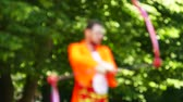 ismeretlen : Slow motion. Smiling juggler in city park. Blurred scene