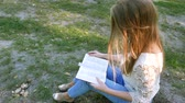 sólido : 4k. Bible and attractive girl in sunny park. Christian prayer team shot