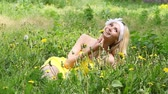 цвести : Beautiful girl resting on the nature of chamomile field.