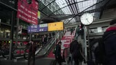 llegando : Berlin Hauptbahnhof, Alemania, 14 de abril de 2018: Viajeros y viajeros que suben por las escaleras mecánicas, personas que caminan escaleras, salen y llegan. Deutsche Bahn DB Central Railway Station vista interior Archivo de Video
