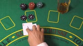 дилер : Blackjack gambling game. Female player bet chips. Dealer put cards on green deck table. Gambler deal two aces, split them, get 10 on each. Woman win. Background concept of winner casino, top view 4K Стоковые видеозаписи