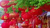 brilho : NHA TRANG, KHANH HOA  VIETNAM - JANUARY 26, 2017: Wind shakes slowly hung up large nice red Chinese lanterns on street market before Vietnamese new year TET on January 26 in Nha Trang Vídeos