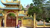 вьетнамский : beautiful yellow gate to buddhist temple complex Стоковые видеозаписи