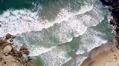 сцепление : huge ocean waves roll on beach clutched in narrow passage