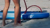 baixo ângulo : guy pumps fast paddle board through pipe low-angle shot