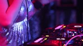 alavanca : NHA TRANGVIETNAM - JULY 25 2015: Close view slim girl dj in shining top plays modern club music set turning plate on console at hot nightclub party on July 25 in Nha Trang Vídeos