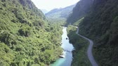 덮개 : beautiful upper view modern road along narrow river between hills covered with tropical jungle