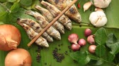 перец чили : Grilled Fish and Onion, Garlic, Chilli, Pepper, Kaffir Lime leaves on Banana leaves