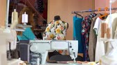 maquinaria : The tailor works with the dummy in the sewing workshop. Stock Footage