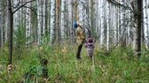 criança : Mom and her little daughter are walking in the forest. Autumn time.