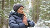 пилатес : Young woman practicing Pilates exercises in the winter forest.