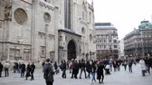 viena : VIENNA - 12 oct 2016: View of Stephansdom in Vienna, Austria. Tourists walking near landmark