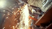 ferreiro : Grinding metal tools with sparkles - forge workshop, slow-motion