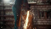 apontador : Grinding metal tools with sparkles - forge workshop Stock Footage