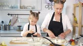 twaróg : Mom with her daughter sculpts cottage cheese pancakes