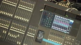estéreo : Male hands on control professional sound console