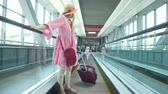 escada rolante : Rear view of mom and little daughter going down the escalator at the airport Stock Footage