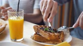 belga : Male hands cuts a yummy belgian waffles with a knife and fork in restaurant Vídeos