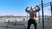 göğüs : Professional bodybuilder at training outdoor - man posing muscular body during workout Stok Video