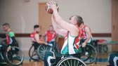 sérült : Kazan, Russia - 21 september 2018 - Disabled player takes aim and performs throwing the ball into the basket during the game of wheelchair basketball