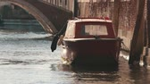 motorówka : A motor boat on a small canal in the center of Venice