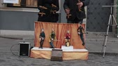 karnaval : Performance. Puppets plays instruments on the little stage. Two men control the marionettes Stok Video