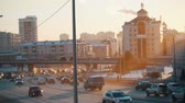 скрестив : A big city. Cars riding on the road. Big traffic. Sunset.