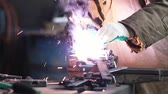 fácil : Welding process. A man worker doing his job in the dark. Smoke and sparks Stock Footage