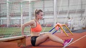 sportowiec : Young woman working out using a bench