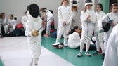фехтование : 27 MARCH 2019. KAZAN, RUSSIA: Young people fencers standing in the hall on a fencing tournament and fighting Стоковые видеозаписи