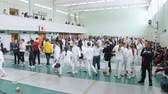 фехтование : 27 MARCH 2019. KAZAN, RUSSIA: A big tournament in the hall with many people. Teenagers fencers in protective white clothes fighting
