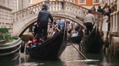 폭이 좁은 : 29-04-2019 ITALY, VENICE: Excursions by the water channels on canoes. People waiting for their turn