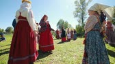 broderie : RUSSIA, Nikolskoe village, Republic of Tatarstan 25-05-2019: People in a village walking in a circle by a music. Playing traditional game with hiding behind another person Vidéos Libres De Droits