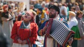 authentic : Tatarstan, Laishevo 25-05-2019: The man and the woman in national Russian clothes sing and play an accordion Stockvideo