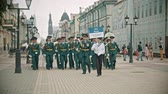 trompet : RUSSIA, KAZAN 09-08-2019: A wind instrument parade - a man holding a plate that says Ulyanovsk Orchestra Stockvideo
