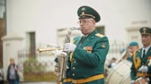 trompet : RUSSIA, KAZAN 09-08-2019: military parade - man in green costume playing saxophone at wind instrument parade Stockvideo