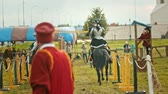 rycerz : BULGAR, RUSSIA 11-08-2019: Knights having a battle on the field - running on each other and one of the knights almost fell down -medieval festival Wideo