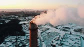 lucht vervuiling : Idustrial - smoke coming out of a manufacturing pipe - atmospheric pollution Stockvideo