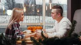 trinken : A cute couple having lunch - a man gives his girlfriend a gift