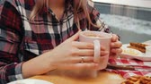 trinken : A couple having lunch - young woman drinking coffee