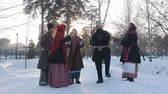 putperest : Russian folk - a group of people in traditional costumes are dancing in a circle and clappping Stok Video