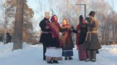 putperest : Russian folk - woman in felt boots is dancing to applause Stok Video