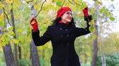 cappotto : Woman dancing in autumn park